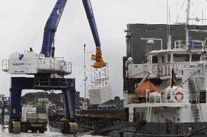 Carga de pasta de celulosa no porto de Mirasol, en Ribadeo (Foto: El Progreso)