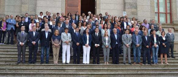 Concentración silenciosa no exterior do Parlamento de Galicia en memoria das vítimas do accidente ferroviario rexistrado en Santiago de Compostela